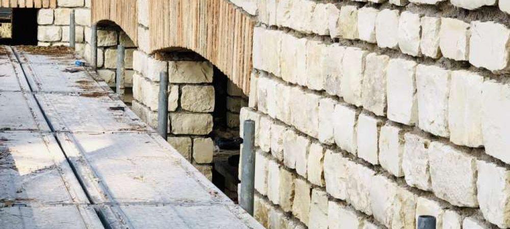 Realizzazione di faccia vista con l'utilizzo di pietra e mattoni antichi provenienti dalla demolizione