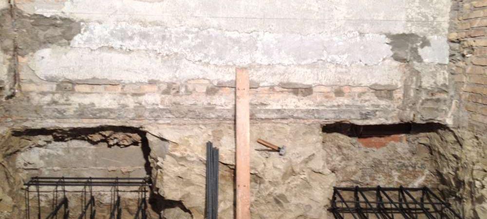 Realizzazione di sottofondzioni per miglioramento sismico mediante l'esecuzione di cordoli in C.A. e soletta armata collaborante.