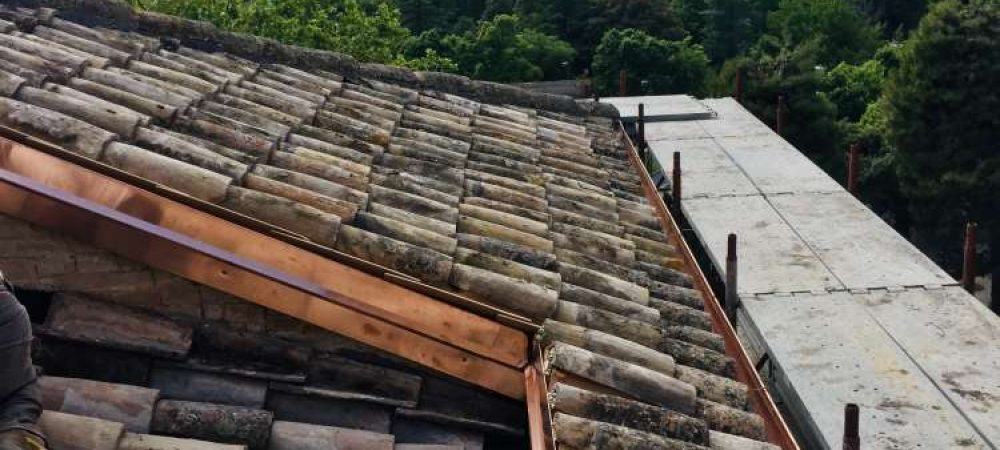 Ripristino del manto di copertura con uso di coppi Antichi con aggiunta di isolante termico e impermeabilizzazione mediante guaina bituminosa con scaglie di ardesia