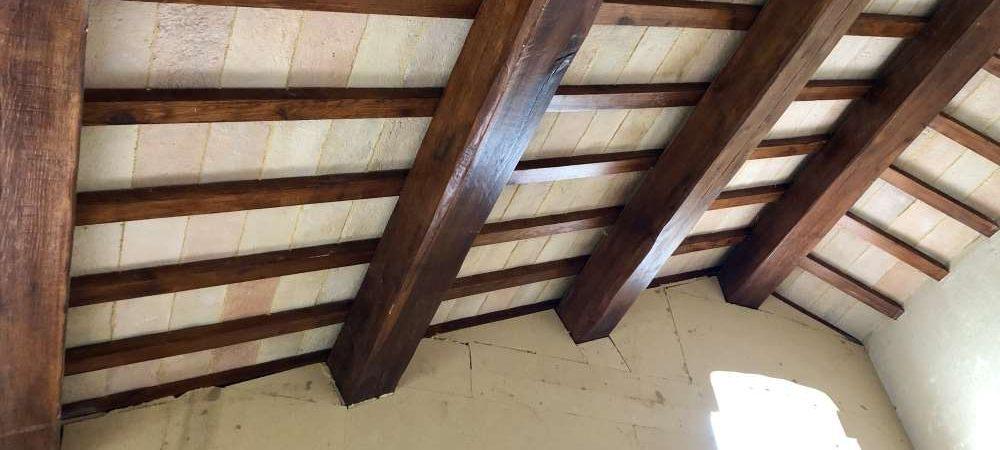 Ripristino del solaio di copertura con l'utilizzo di travi in legno antichi e pianellato in cotto antico a vista